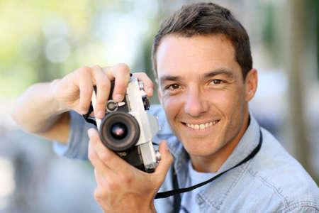 amateur: El fotógrafo disparar fuera con la cámara vieja