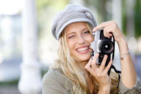 amateur: Chica haciendo fotos de moda con cámara de la vendimia