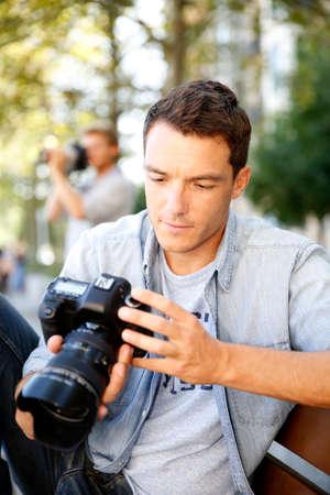 amateur: El fotógrafo tomando fotos en la calle