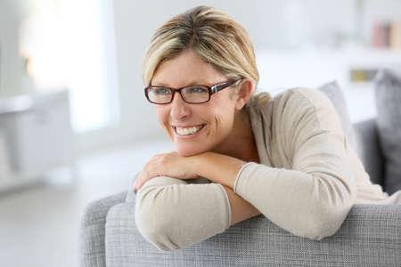 relaxando: Retrato da mulher madura usando