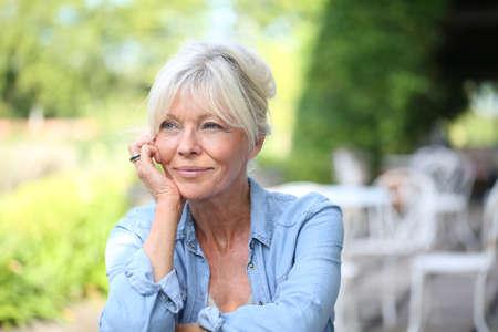 mujer sola: Retrato de la sonrisa de la mujer mayor