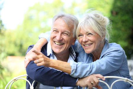 pareja en casa: Senior pareja disfrutando de un d�a fuera