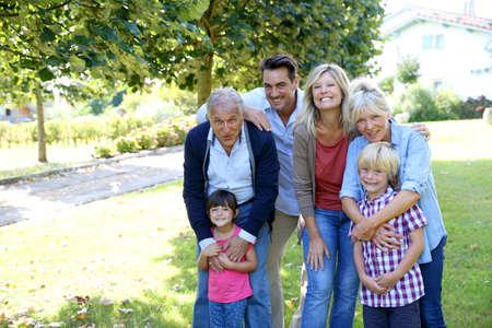 Portrét šťastné rodiny v domě prarodičů lidové Reklamní fotografie