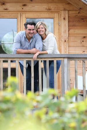 camarote: La pareja de pie en la terraza caba�a de troncos Foto de archivo