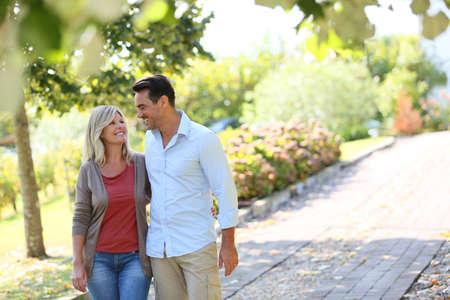 公園で手をつないで歩くカップル 写真素材