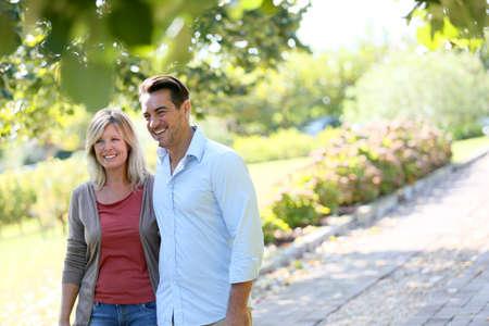 parejas caminando: Pareja caminando de la mano en el parque