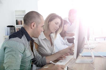 curso de capacitacion: Grupo de personas que asisten a curso de formación de gestión Foto de archivo