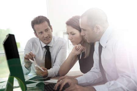 데스크톱 컴퓨터에서 작업하는 비즈니스 사람들 스톡 콘텐츠