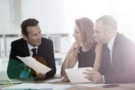 reunion de trabajo: Manager con la reuni�n del equipo de ventas en la oficina Foto de archivo