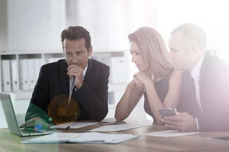 人: 商務人士圍繞會議桌 版權商用圖片