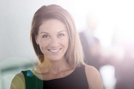 femme blonde: Portrait de femme d'affaires attrayant, les gens en arri�re-plan Banque d'images