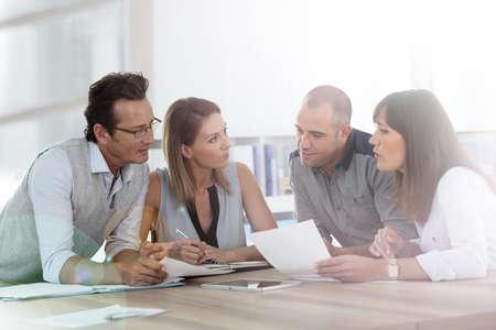 reuniones empresariales: Grupo de empresarios reunidos en la oficina