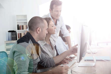 Grupp av personer som deltar ledarutbildning kurs