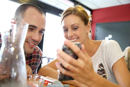 casse-cro�te: Les jeunes de snack-bar, connect�s sur Smartphone