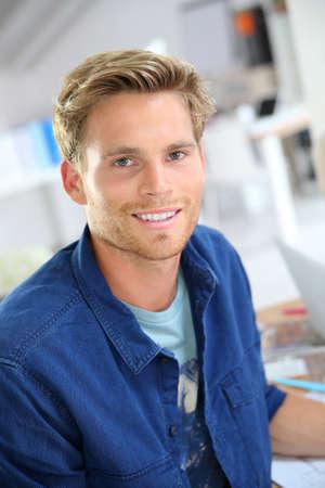 blonde yeux bleus: Portrait de sourire de 25 ans gars