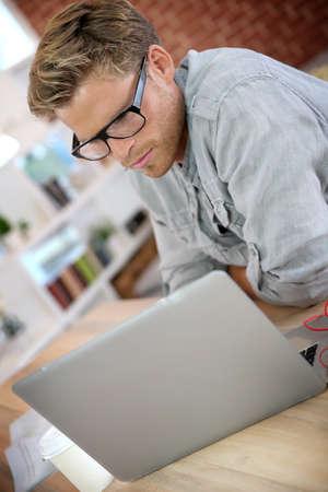 working at home: Estudiante en casa trabajando en la computadora port�til