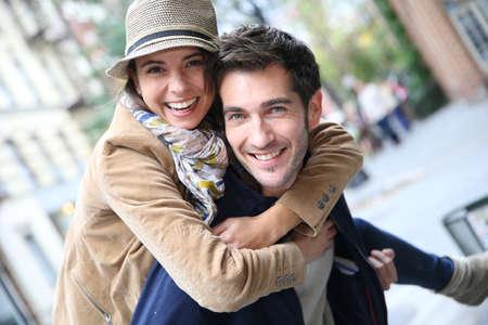 Homem que dá o passeio do sobreposto a namorada, se divertindo Imagens