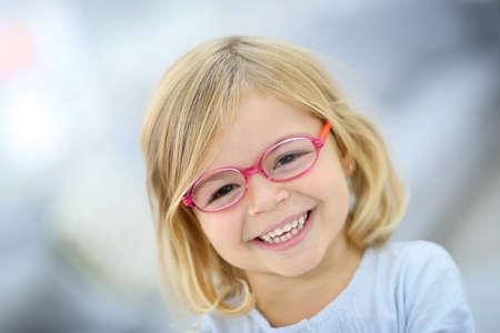 jolie petite fille: Mignon petite fille blonde avec des lunettes roses Banque d'images