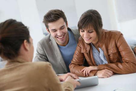 Junges Paar Sitzung Immobilienmakler Standard-Bild - 33718801