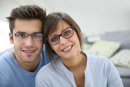pareja en casa: Retrato de la joven pareja con gafas en la