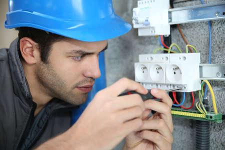 trabjando en casa: Electricista joven que trabaja en obras de construcción