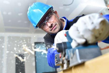 menuisier: Gros plan de bois de charpentier couper avec une scie �lectrique