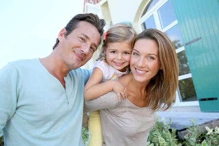 casita de dulces: Retrato de familia feliz de pie en frente de la casa