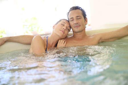 Romantyczne: Romantyczna para relaks z zamkniętymi oczami w jacuzzi Zdjęcie Seryjne