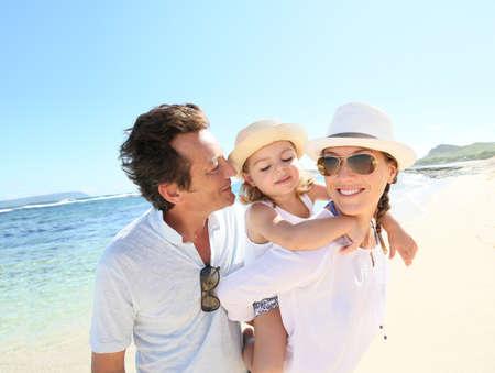 abrazar familia: Retrato de familia feliz en la playa