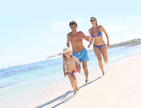 Family running in swimsuit on a Caribbean beach Banque d'images