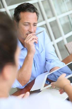 ležérní: Podnikatel setkání klient v kanceláři Reklamní fotografie