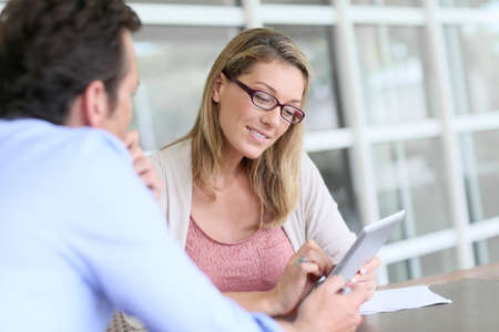 Geschäftsfrau im Geschäftstreffen mit Tablet-