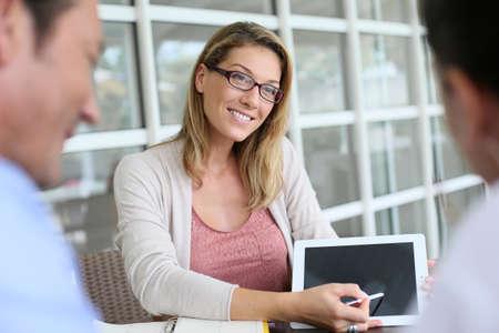 contrato de trabajo: Reunión Empresaria con par de firmar contrato financiero