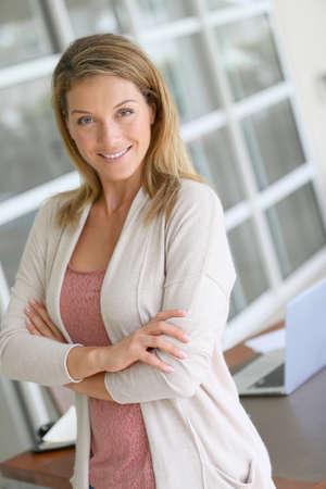 blonde yeux bleus: Portrait de la belle femme blonde d'âge moyen Banque d'images