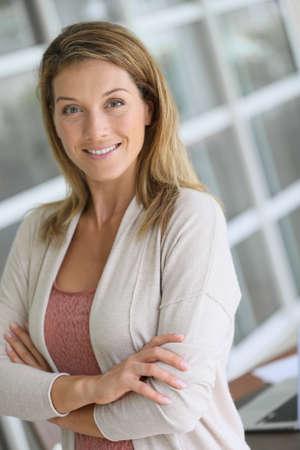 rubia ojos azules: Retrato de la hermosa mujer rubia de mediana edad