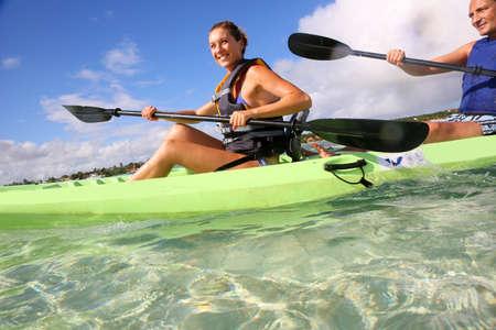 ocean kayak: Joven realizando pirag�ismo en la laguna de Antillas francesas