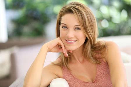 mujer sola: Retrato de la atractiva mujer rubia en casa