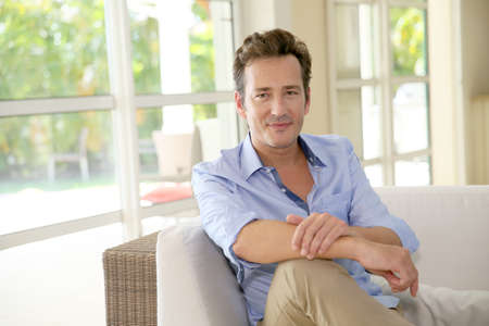 Portrét jednoho muže středního věku sedí v pohovce