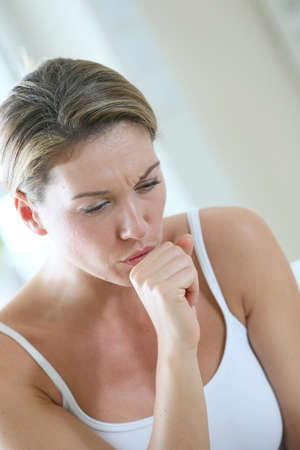tosiendo: Mujer de mediana edad que tiene un resfriado y la tos Foto de archivo