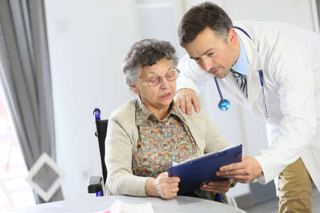 an elderly person: Doctor con la anciana en un hogar de ancianos Foto de archivo
