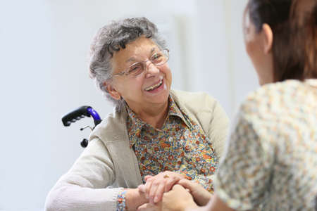 persona mayor: Anciana compartir tiempo con la cuidadora de la casa Foto de archivo