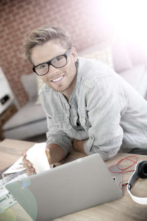 websurfing: Student at home working on laptop