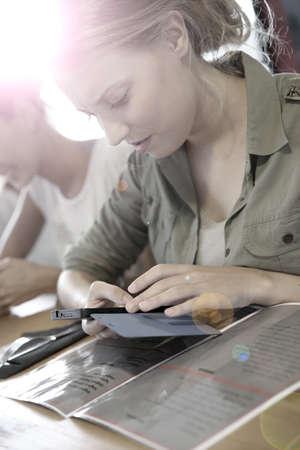 casse-cro�te: Les jeunes dans un snack-bar, connect�s sur Smartphone Banque d'images