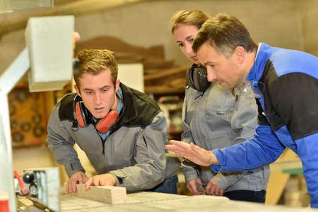 curso de capacitacion: Grupo de estudiantes en curso de formaci�n de carpinter�a