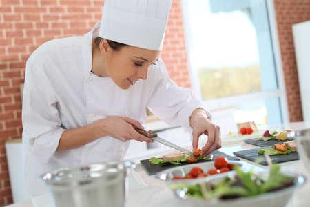 Lachende kok voorbereiding voorgerecht Stockfoto