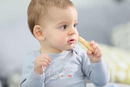 galletas: Retrato de niño lindo bebé que come la galleta niño Foto de archivo