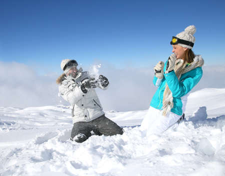 neve palle: Coppia in montagna nevosa fare palle di neve lotta