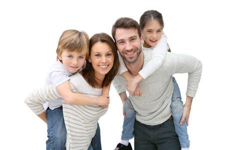 Jonge ouders die op de rug rit naar kinderen Stockfoto