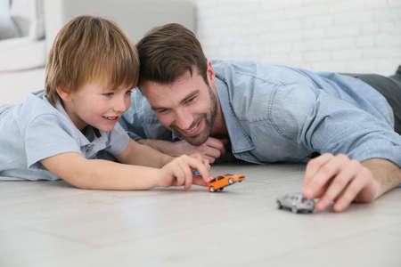 enfant qui joue: Papa avec petit gar�on jouant avec des voitures jouets
