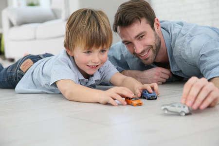 Papa met kleine jongen spelen met speelgoed auto Stockfoto - 35849203